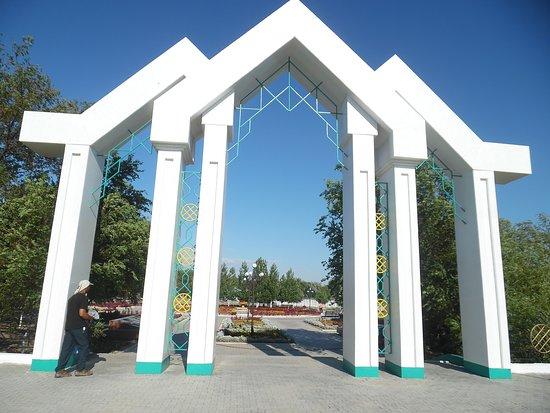 Kyzylorda, Kasachstan: arch at west gate