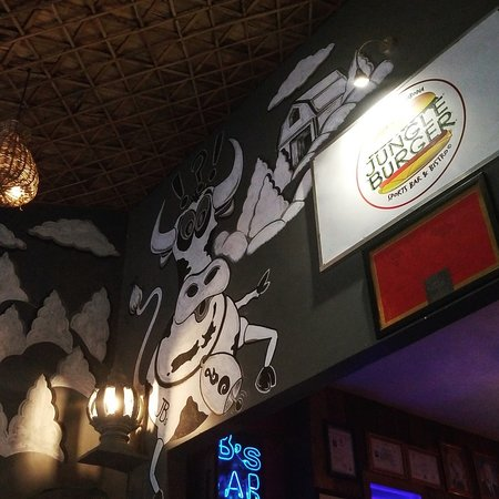 Jungle Burger Sports Bar & Bistro: the entrance! moo!