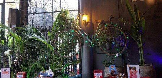 Jungle Burger Sports Bar & Bistro: inside decor!