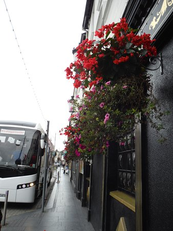 Treacys Hotel Waterford: Treacy's and tour bus
