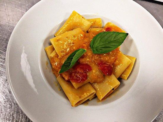 San Paolo Bel Sito, Italia: Paccheri con pomodorini gialli e rossi e pecorino