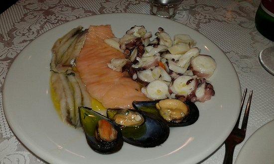 Guardia Sanframondi, Italien: Salmone, cozze, alici e piccoli polpi.