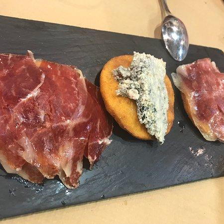 Nava, İspanya: Buena sidrería con ricos tortos diferentes, rica sidra y queso asturiano para terminar.