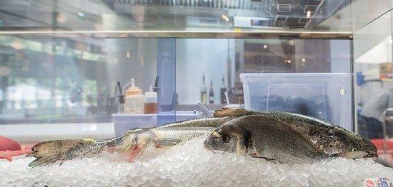 Le Chesnay, France : Saumon Label Rouge D'écosse, Bar élevage Francais, Daurade élevage Francais