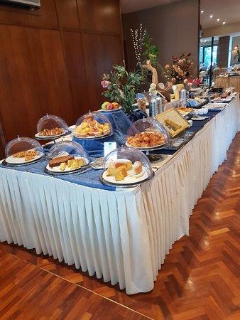 Tavolo centrale per la prima colazione