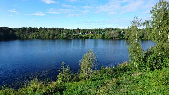 Staraya Sloboda, Russland: Вид на озеро Рощинское от монастыря