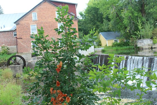 Stanbridge East, Kanada: View of the Old Mill from the hotel grounds (this is not the hotel in the photo)