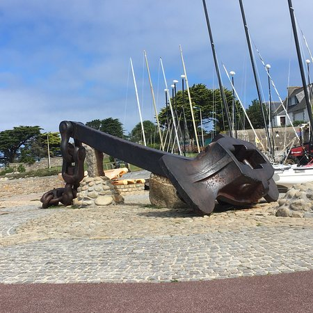 Ploudalmezeau, France: Anker van de op 16/3/1978 voor deze kust gezonken Amoco Cadiz