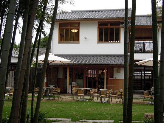 Kurashiki, Japan: 竹やぶを望む新しい民家という感じだ