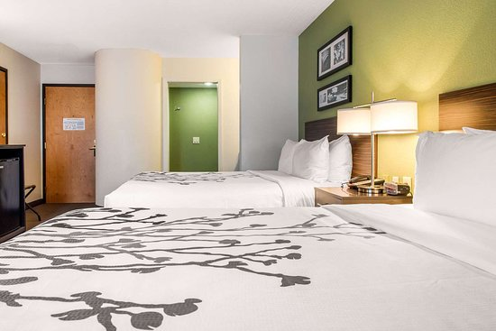 Sleep Inn & Suites Lakeside: Spacious room with queen beds
