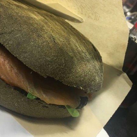 San Ferdinando di Puglia, İtalya: Panino al nero di seppia con salmone, rucola e stracciatella 😋