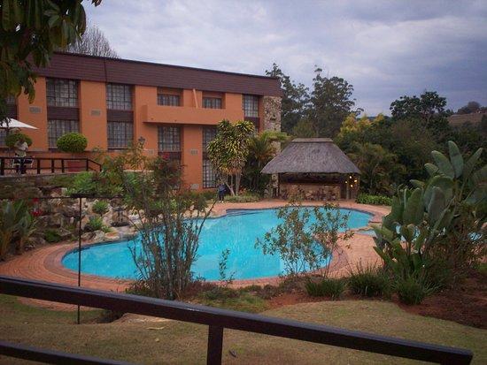 Pine Lake Inn: Pool,umgeben von schönen Grünanlagen