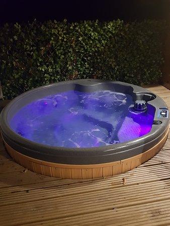 Kirkby Mallory, UK: Hot tub at night
