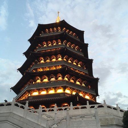 Leifeng Pagoda: 原本聽說人多不想上去,但沒想到剛好在九月之後,開學了遊客減少,天氣又涼,環境舒服的很。恰巧在傍晚時上到塔頂,看到夕陽正從山尖尖要落下,眺望西湖全景,正逢其時的美景啊!