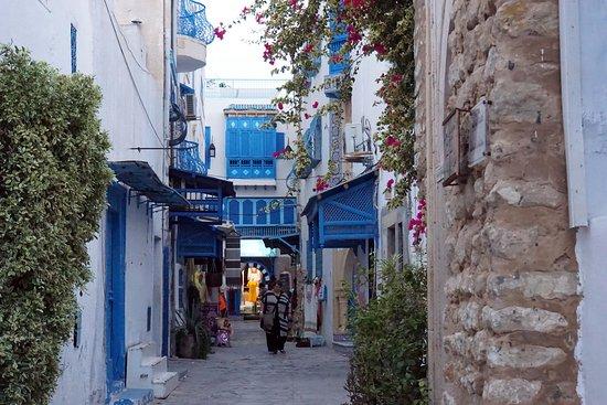 Medina of Hammamet: Голубое с белым.