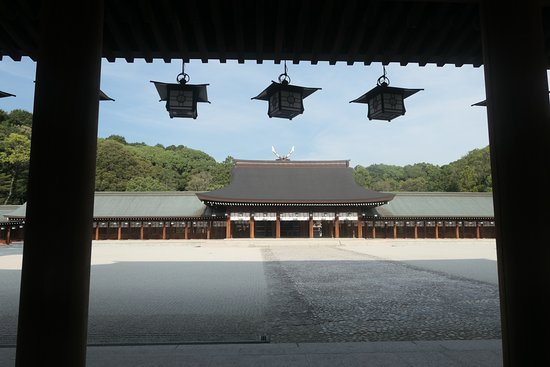 Kashihara, Japan: 外拝殿からはここまでが限界ですね。本殿は遥か先で見る事すらできません。見えてるのは内拝殿です。