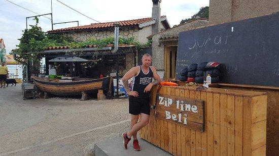 Beli, Croacia: Zipline over de zee. 300m lang