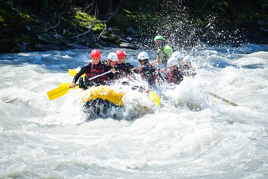 Sautens, Oostenrijk: Rafting Imst Gorge, a 15 km long trip where action and fun is guaranteed