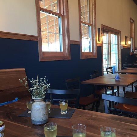 Dundas, Μινεσότα: Inside Keepsake Cidery and eatery
