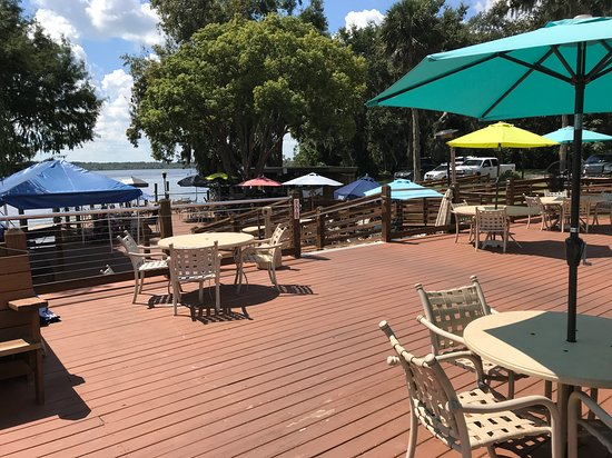 East Palatka, FL: Some of the outdoor seating