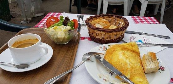 Benouville, فرنسا: Mushroom omelette, salad, bread and black coffee.