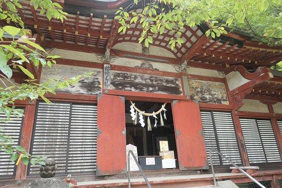 Tanzan Shrine: 総社拝殿。狩野永納筆の壁画が内外の壁にあります。
