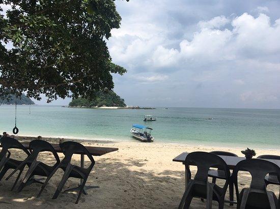 Pulau Pangkor, Malaysia: Teluk Nipah beach where Nipah Deli is situated