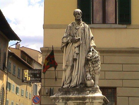 Arezzo, Italy: статуя
