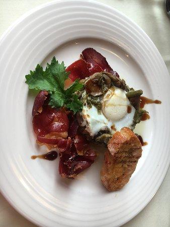 Revuelto de setas, esparragos trigueros, patatas y huevo al horno