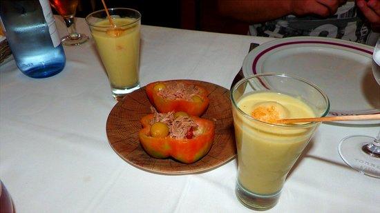 Sallent, Spain: Tomate rellos de bonito y aceituna, crema de calabacin con queso de cabra