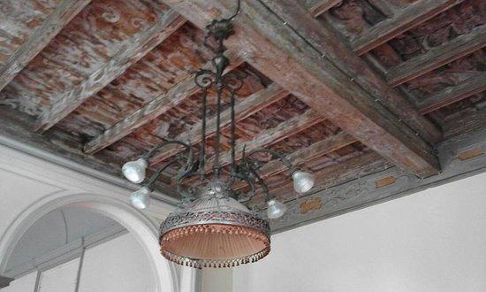Varedo, Italy: un lampadario molto vecchio...