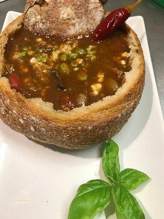 Zupa gulaszowa w chlebie.