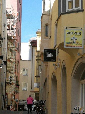 Cafe Jolie Liegt In Einer Kleinen Gasse Picture Of Jolie