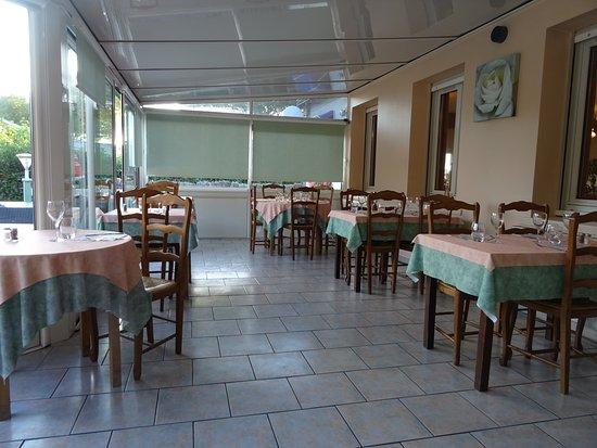 Villeveque, France: salle dans la véranda