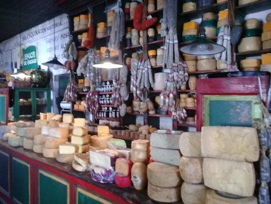 Epoca de Quesos: este es el salón de entrada, es la venta de quesos y fiambres típicos de la zona de Tandil.