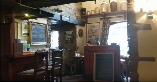 Olde Castle Bar: Warmly decorated