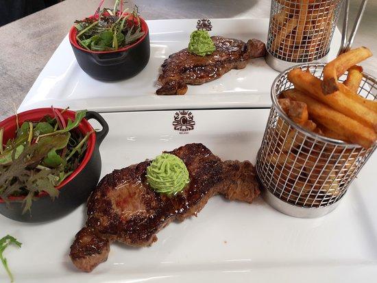 Faux-filet de boeuf sauce beurre maitre d'hôtel frites maison et salade