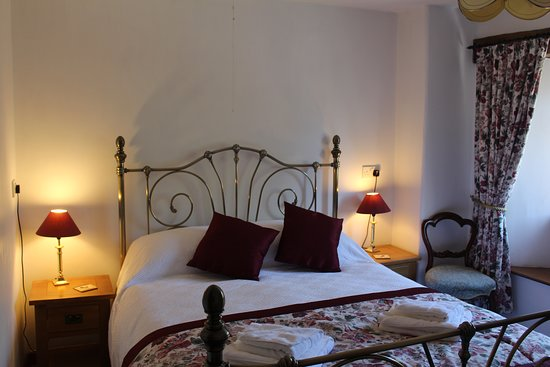 Pelynt, UK: Dairymaid's two bedroom cottage brass bed