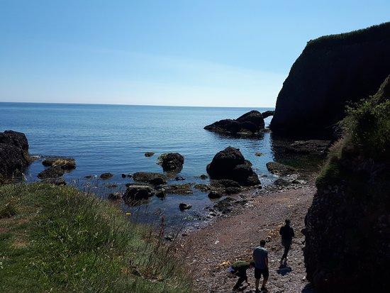 Cushendun, UK: mar ao lado da caverna