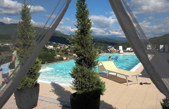 Piazza al Serchio, Itália: Poolside vista of Tuscany mountains