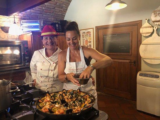 Chiaveretto, Italien: Chef Laura and a BIG paella