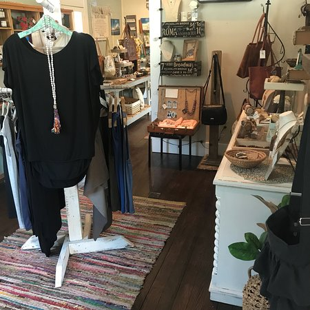 McCloud, Californië: Beautiful shop! They have an incredible purpose. Providing a marketplace where your shopping is