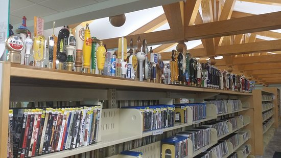 Sanibel Public Library: Great place to be on a rainy day!