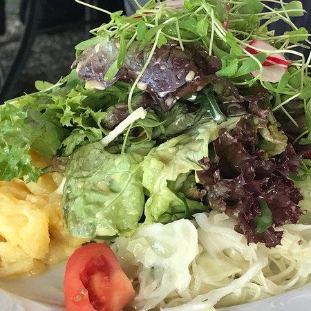Gutsgaststatte Rappenhof: Rappenhof Weinsberg- Cordon Bleu vom Hällischen Landschwein mit Salatplatte