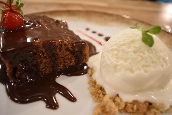 Alimar: TORTA MOCCA CON HELADO, Imperdible postre con el toque de nuestra salsa de Chocolate