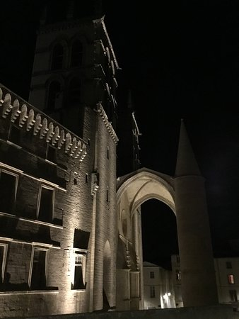 Cathedrale St-Pierre: At night in profile.