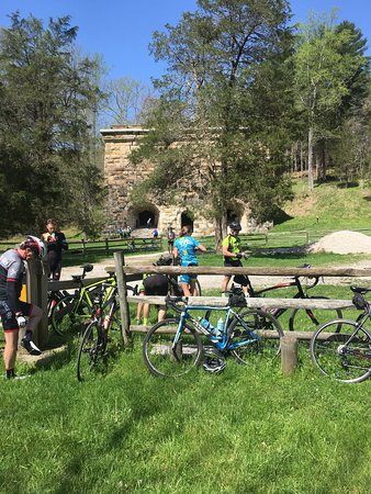 Ravenna, Кентукки: Bluegrass Cycling Club visiting Fitchburg Furnace and Cobhill.