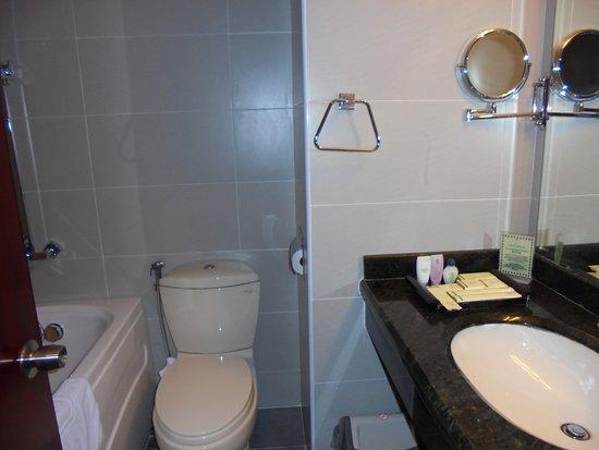 Flower Garden Hotel: Bathroom