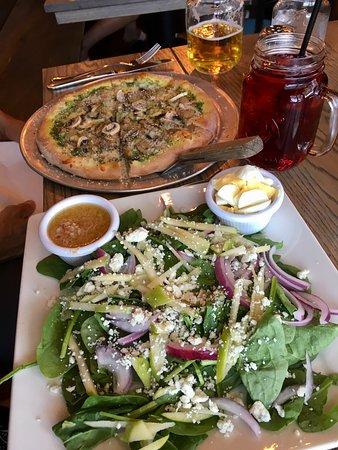 The Bluegrass: Pesto pizza & spinach salad