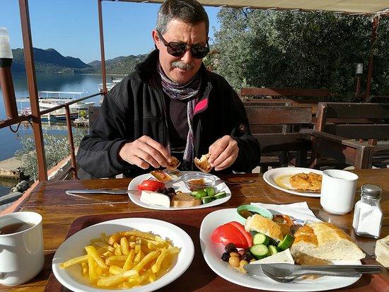 Ucagiz, Turkiet: Muhteşem manzarasında ki kahvaltı keyfi